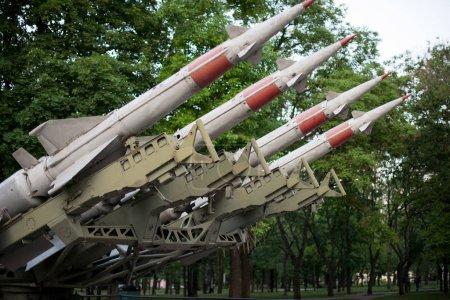 Arma de las fuerzas de defensa. misiles antiaéreos cohetes con ojiva apuntando al cielo