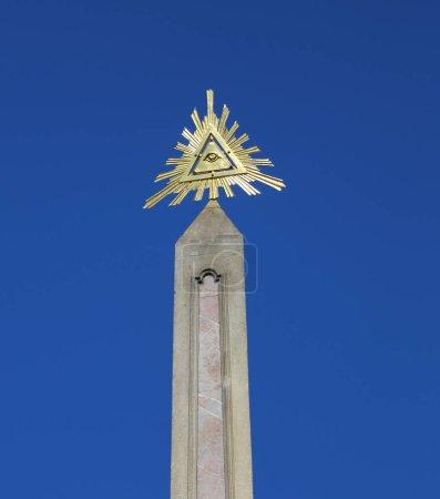 Photo pour Le symbole de la trinité avec triangle un oeil de Providence et sur un grand obélisque - image libre de droit