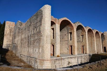 Photo pour Ancienne caserne des soldats de la Première Guerre mondiale dans le nord de l'Italie appelée Forte Interrotto cela signifie Fortification interrompue - image libre de droit