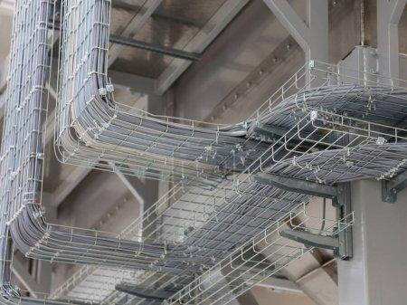 Photo pour Câbles électriques et de nombreux câbles pour connecter un réseau informatique à une usine moderne - image libre de droit