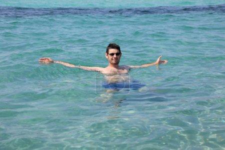 caucasien jeune homme sur l eau
