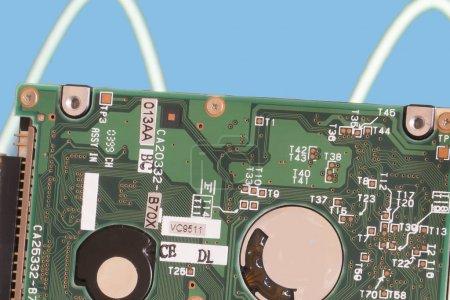 Photo pour Une onde sinusoïdale en arrière-plan illustre le courant électrique dans une carte de circuit intégré  . - image libre de droit
