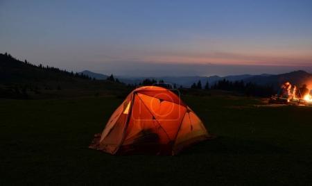 Photo pour Tente de randonnée en montagne nuit - image libre de droit