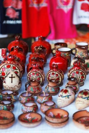 Photo pour Coupe d'argile de poterie de style ancien arménien en forme de grenade le marché Vernisazh couleur rouge - image libre de droit