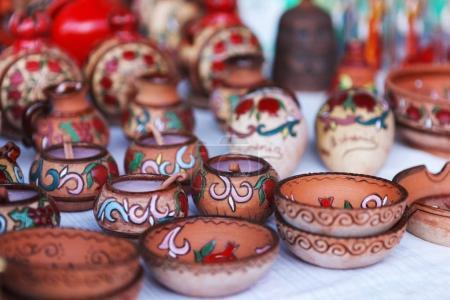 Photo pour Coupe d'argile de poterie de style national arménien sur le marché Vernisazh - image libre de droit