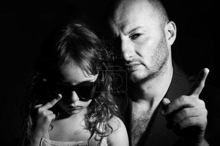 Photo pour Portrait père et fille dans le style gang - image libre de droit