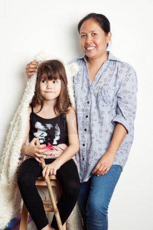 Photo pour Jeune fille en costume d'Halloween et sa nounou sur mur blanc - image libre de droit