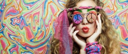 Photo pour Portrait de femme hippie de beauté avec des lunettes élégantes portant des lèvres sur fond lumineux et coloré - image libre de droit