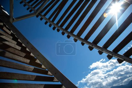 Photo pour Escalier métallique avec ombres - image libre de droit