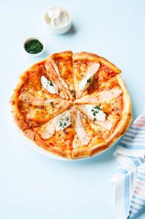 Photo pour Pizza au poisson et fromage à la crème - Plaisir sur fond de pierre claire. Vue du dessus . - image libre de droit