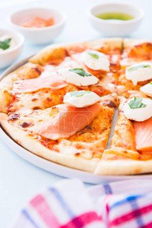 Photo pour Pizza maison au saumon et fromage à la crème - Plaisir. Gros plan . - image libre de droit