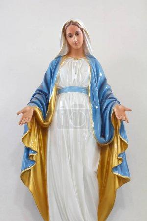Photo pour Statues des saintes femmes dans l'église catholique romaine sur fond blanc - image libre de droit