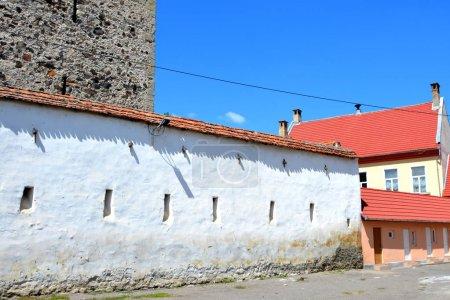 Photo pour Les villageois ont commencé à construire une église romane à nef unique, ce qui est rare pour une église saxonne, au 13ème siècle. Ils ont commencé la construction en construisant la première chorale et une abside semi-circulaire, qui s'est ouverte vers le reste de l'église à travers - image libre de droit