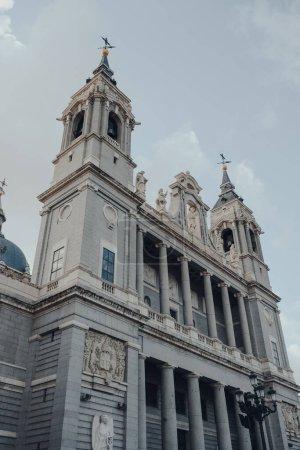 Photo pour Vue à faible angle sur le ciel de la cathédrale d'Amudena (Catedral de la Almudena), église catholique de Madrid, Espagne. - image libre de droit