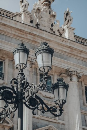 Photo pour Lampe de rue donnant sur l'extérieur de la cathédrale d'Amudena (Catedral de la Almudena), église catholique de Madrid (Espagne). - image libre de droit