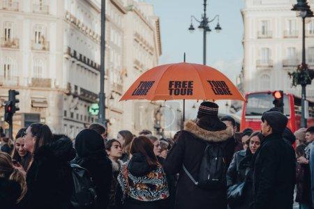 Photo pour Madrid, Espagne - 26 janvier 2020 : Groupe de touristes réunis sur la Puerta del Sol, une place publique de Madrid et l'un des endroits les plus connus et les plus fréquentés de la ville, pour une visite guidée gratuite . - image libre de droit