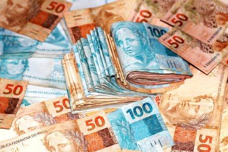 Photo for Pacote de dinheiro do Brasil com notas diversas - Royalty Free Image