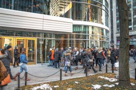 Photo pour Chicago, Il - 16 novembre 2019 : les visiteurs attendent en une longue file pour entrer dans le nouveau Starbucks Reserve Roastery de 5 étages au centre-ville de Chicago le lendemain de son ouverture au public.. - image libre de droit