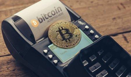 Kunde bezahlt mit Bitcoin, um im Café eine Rechnung zu bezahlen (Bitcoin-Zugang)