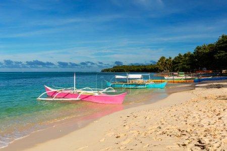 Photo pour Bateaux de pêche traditionnels sur une plage vierge, Siargao, Philippines - image libre de droit