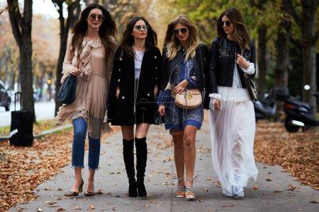 Photo pour PARIS, FRANCE - 29 SEPTEMBRE 2016 : Les femmes arrivent au défilé de mode Chloé au Grand Palais lors de la Fashion Week Printemps / Eté 2017 - image libre de droit