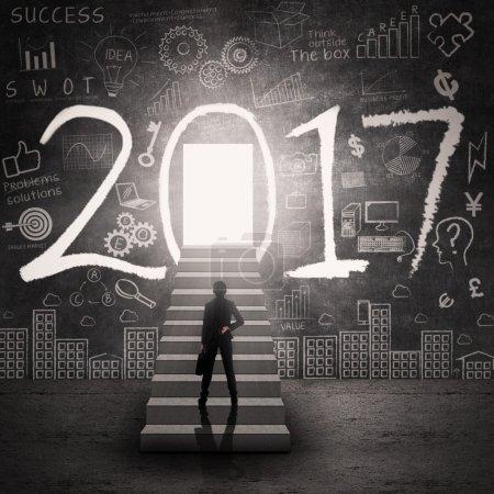 Photo pour Femme d'affaires debout sur l'escalier et regarder la porte du succès en 2017 - image libre de droit
