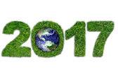 Země a 2017 v zelené trávě
