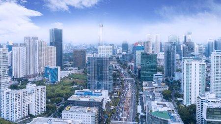 Photo pour Vue aérienne de la circulation sur la route animée avec de hauts bâtiments dans la ville de Jakarta - image libre de droit