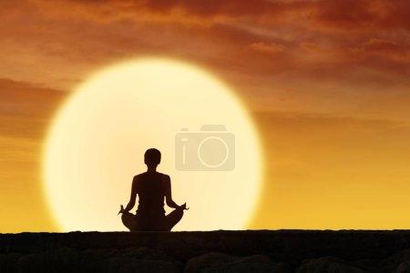 Photo pour Vue arrière de la silhouette femme pratique le yoga et la méditation sur l'heure du lever du soleil - image libre de droit