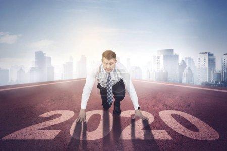 Photo pour Homme d'affaires caucasien d'âge moyen prêt à rivaliser en 2020 - image libre de droit