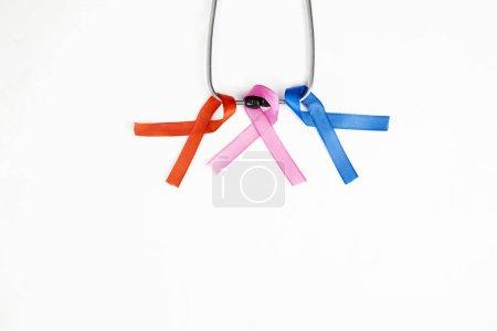 Photo pour Aménagement plat de rubans colorés attachés à un fil de fer, isolés en fond blanc - image libre de droit