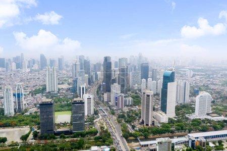 Photo pour Jakarta, Indonésie - 15 janvier 2020 : Vue aérienne de la Wisma 46 ainsi que de la gare de Sudirman et d'autres célèbres escargots dans la ville de Jakarta - image libre de droit