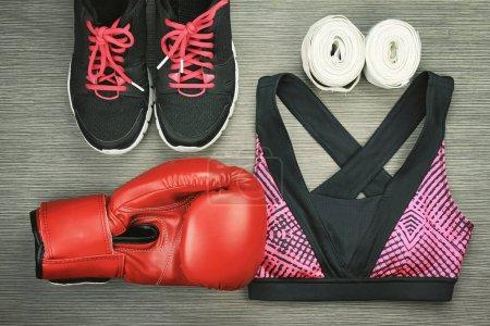 Photo pour Ensemble de vêtements de sport pour boxe exercer fashion Gym, formation, concept de mode de vie sain et accessoires. - image libre de droit