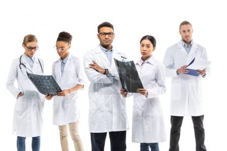 Photo pour Equipe de jeunes médecins professionnels en blouse blanche debout ensemble isolé sur blanc - image libre de droit