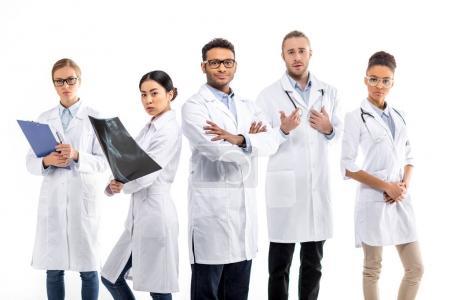 Photo pour Groupe de jeunes médecins professionnels confiants debout ensemble isolé sur blanc - image libre de droit