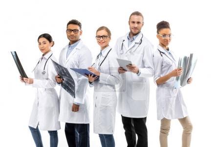 Photo pour Groupe de jeunes médecins professionnels souriants debout ensemble isolé sur blanc - image libre de droit