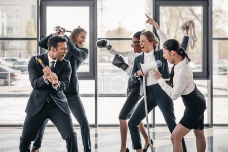 Photo pour De jeunes équipes d'entreprises multiculturelles criant et se querellant au bureau - image libre de droit