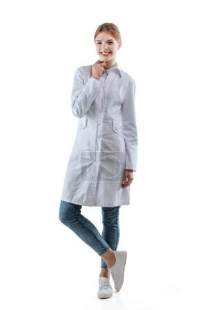 Photo pour Jeune femme heureuse chimiste en manteau blanc, isolée sur blanc - image libre de droit