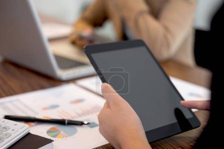Photo pour Réunion de l'équipe d'affaires travaillant avec le nouveau projet de démarrage, la discussion et l'analyse des données les graphiques et les graphiques. Calculatrice numérique tablette, ordinateur portable en utilisant, Finances d'entreprise et concept de comptabilité . - image libre de droit