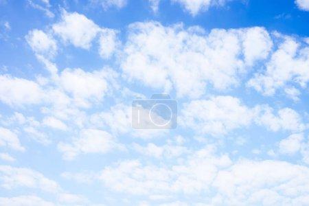 Photo pour Ciel bleu avec nuages blancs sous le soleil . - image libre de droit