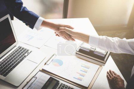 Photo pour Processus de travail d'équipe, Image de la poignée de main d'accueil de l'équipe d'affaires. Des gens d'affaires qui réussissent poignée de main après une bonne affaire, succès, traiter, salutation & partenaire d'affaires . - image libre de droit