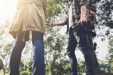 Dos Jóvenes Viajeros con mochila, sostienen mapa relajante en gr
