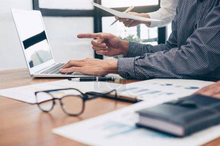 Photo pour Des collègues de l'équipe d'affaires se réunissent pour rencontrer des investisseurs professionnels travaillant sur une nouvelle stratégie commerciale de marketing discussion et analyse de projet graphique, concept de finance et de comptabilité . - image libre de droit