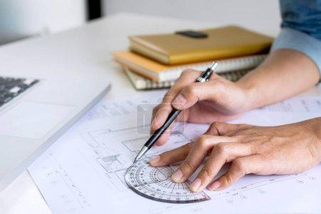 Photo pour Architecte travaillant sur le plan, Ingénieur travaillant avec des outils d'ingénierie pour le projet architectural sur le lieu de travail, Concept de construction - projet de construction, plans, règle et diviseurs . - image libre de droit