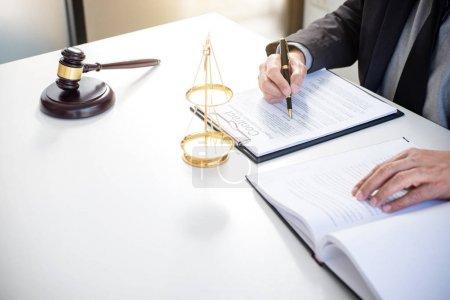 Photo pour Homme avocat ou juge travaillant avec des livres de droit, marteau, signaler l'affaire sur la table dans le bureau moderne, Droit et concept de justice . - image libre de droit
