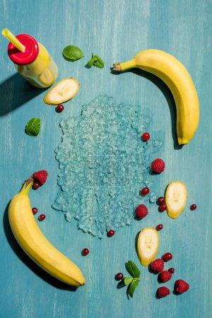 Foto de Vista superior de la botella con el batido de plátano fresco y frutillas con menta de hojas, frutas smoothie - Imagen libre de derechos