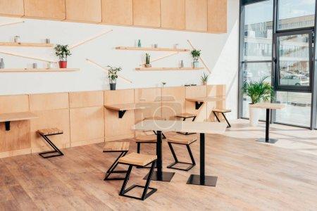 Photo pour Intérieur élégant de café moderne avec des meubles en bois élégant - image libre de droit