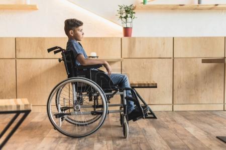 garçon en fauteuil roulant