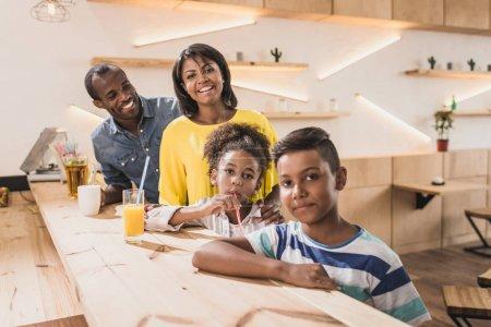 Photo pour Heureuse famille afro-américaine au café au comptoir du bar - image libre de droit