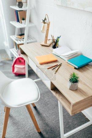 Photo pour Intérieur de chambre minimaliste avec bureau et fournitures scolaires placées dessus . - image libre de droit